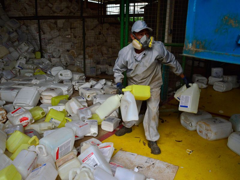 Amoncellement de bidons des pesticides dans le centre de tri de Lucas do Rio Verde.