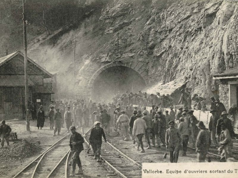 Photo d'archives: Vallorbe, équipe d'ouvrier sortant du tunnel.